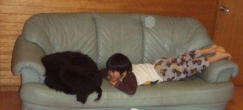 ジェイと寝転ぶヒデ.jpg